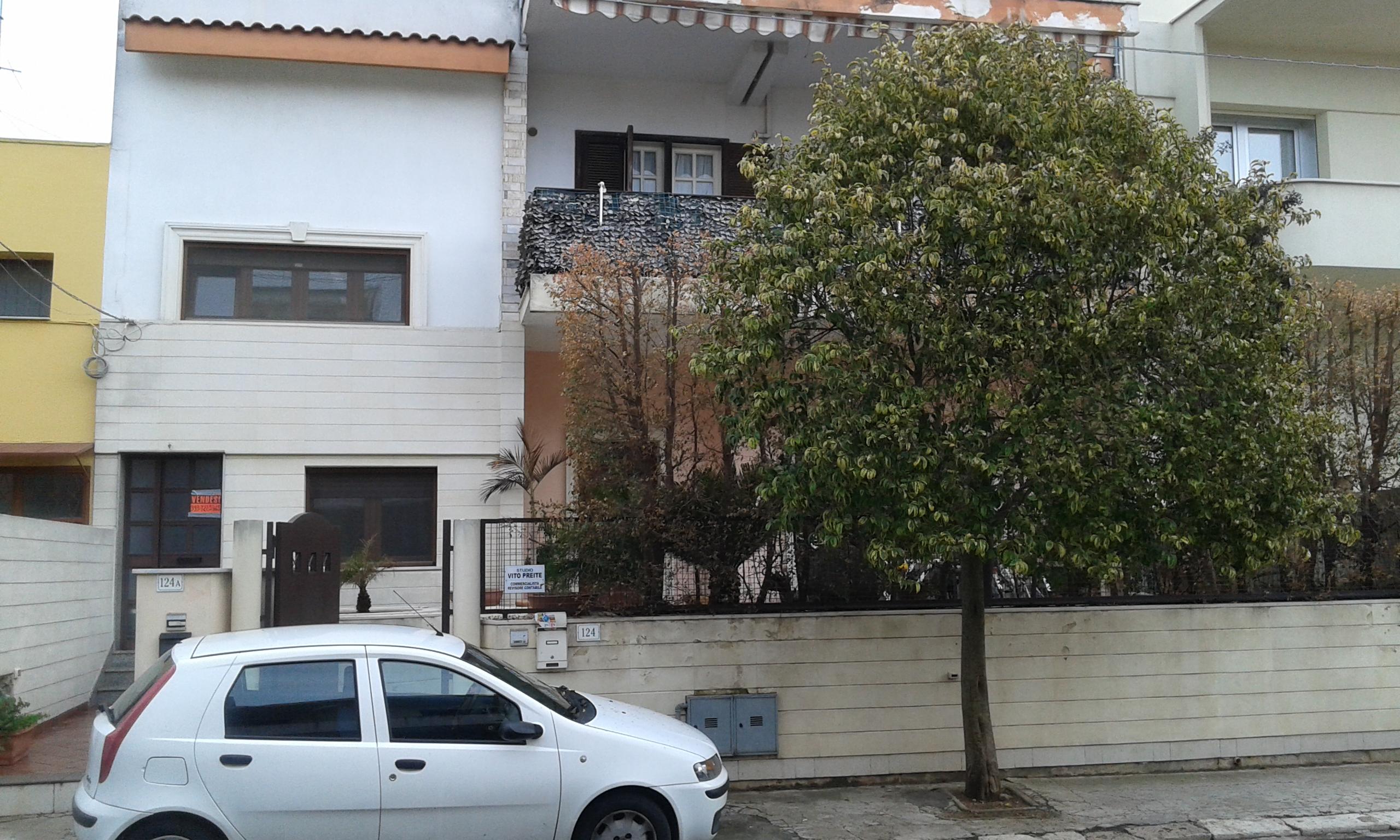 Indipendente con pertinenze esterne e ufficio in ottima zona (Taurisano)