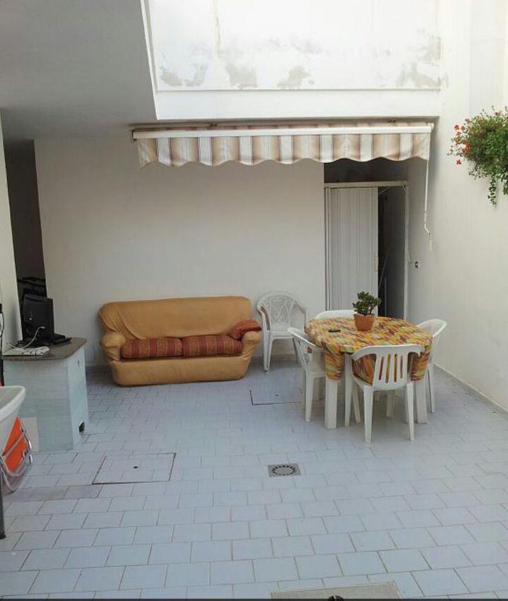 Trilocale seminterrato con ampio spazio esterno (Lido Marini)