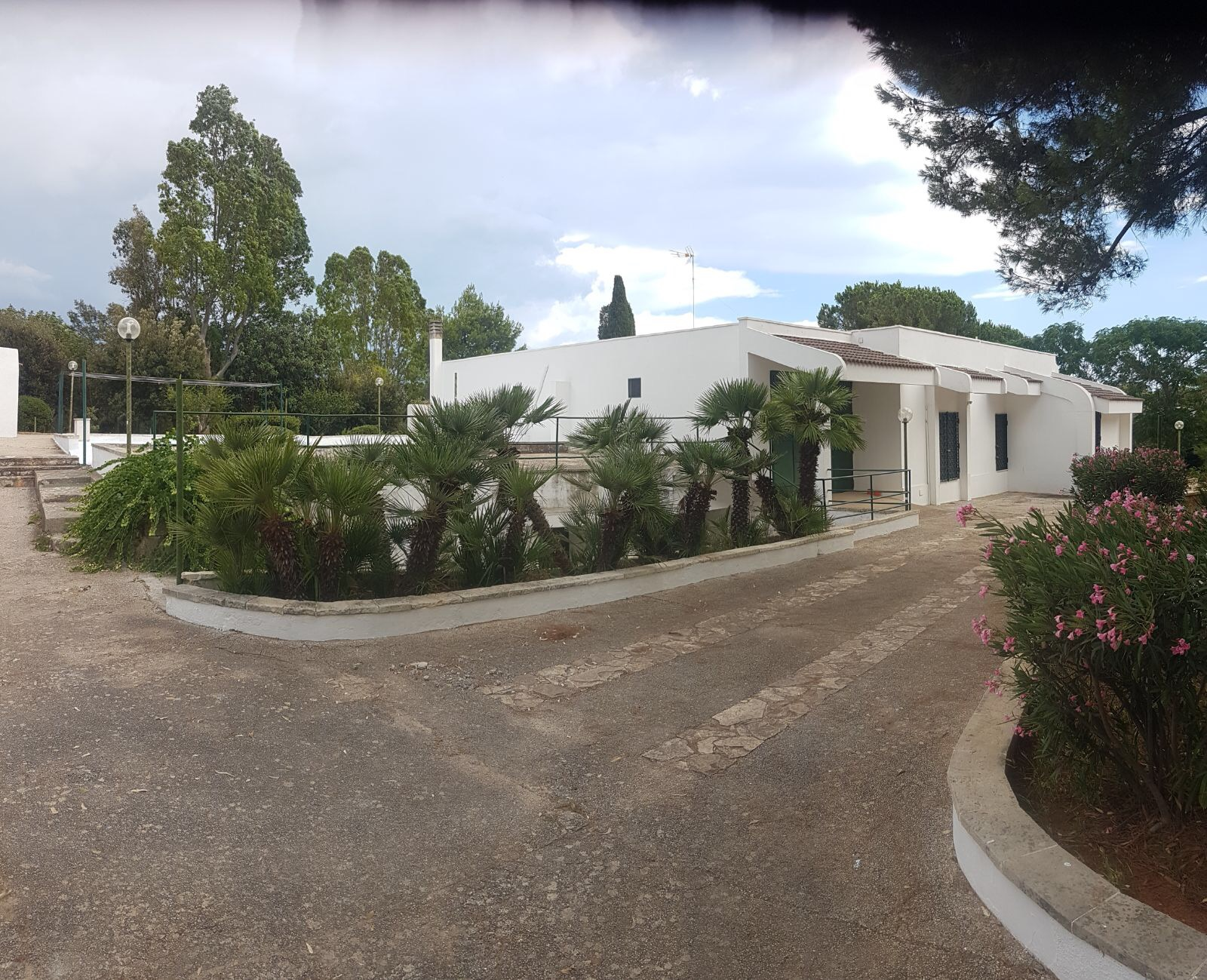 Villa con giardino e strutture sportive su circa 2 ettari (Torre San Giovanni)